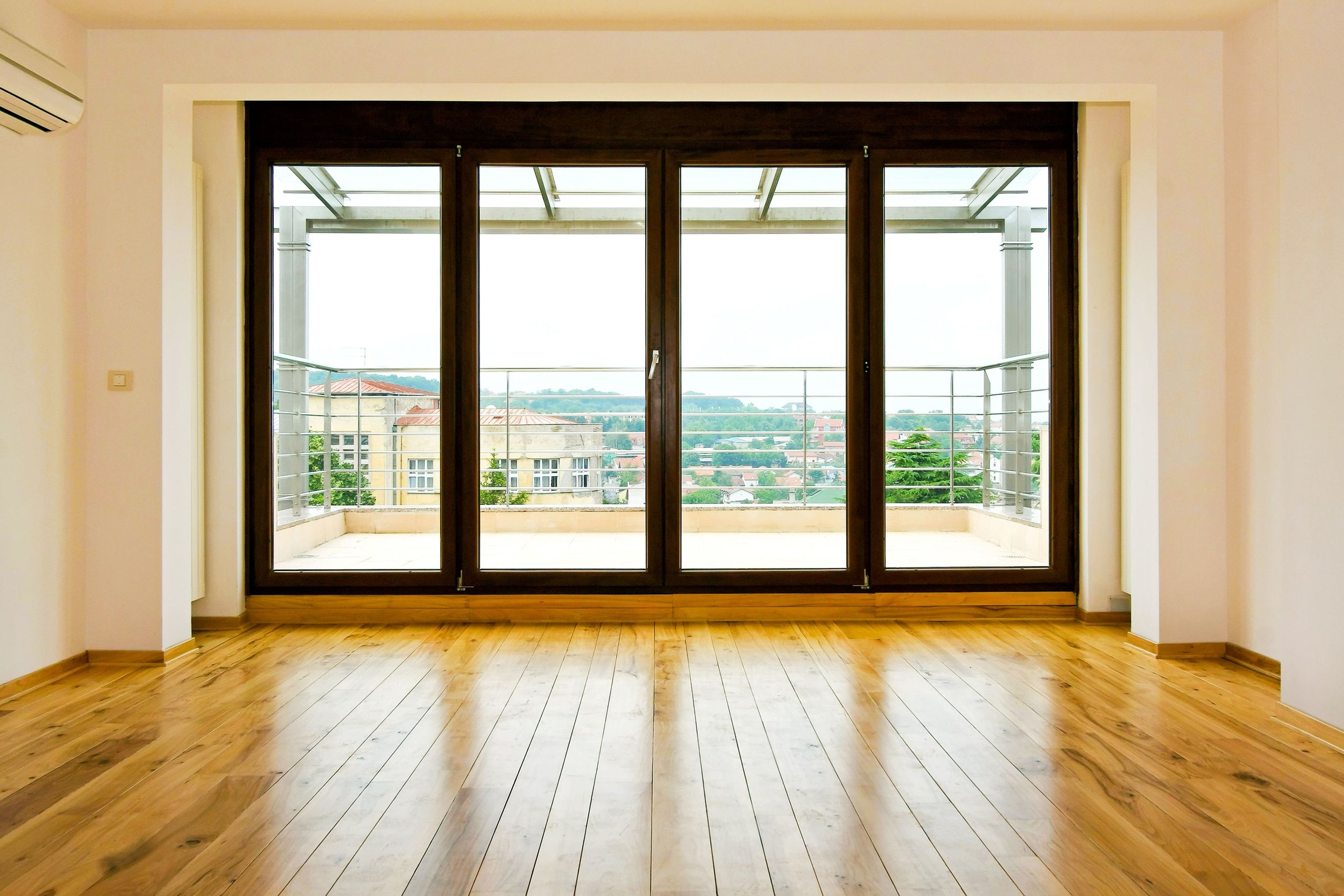 Балконная дверь панорамного вида пластиковая.